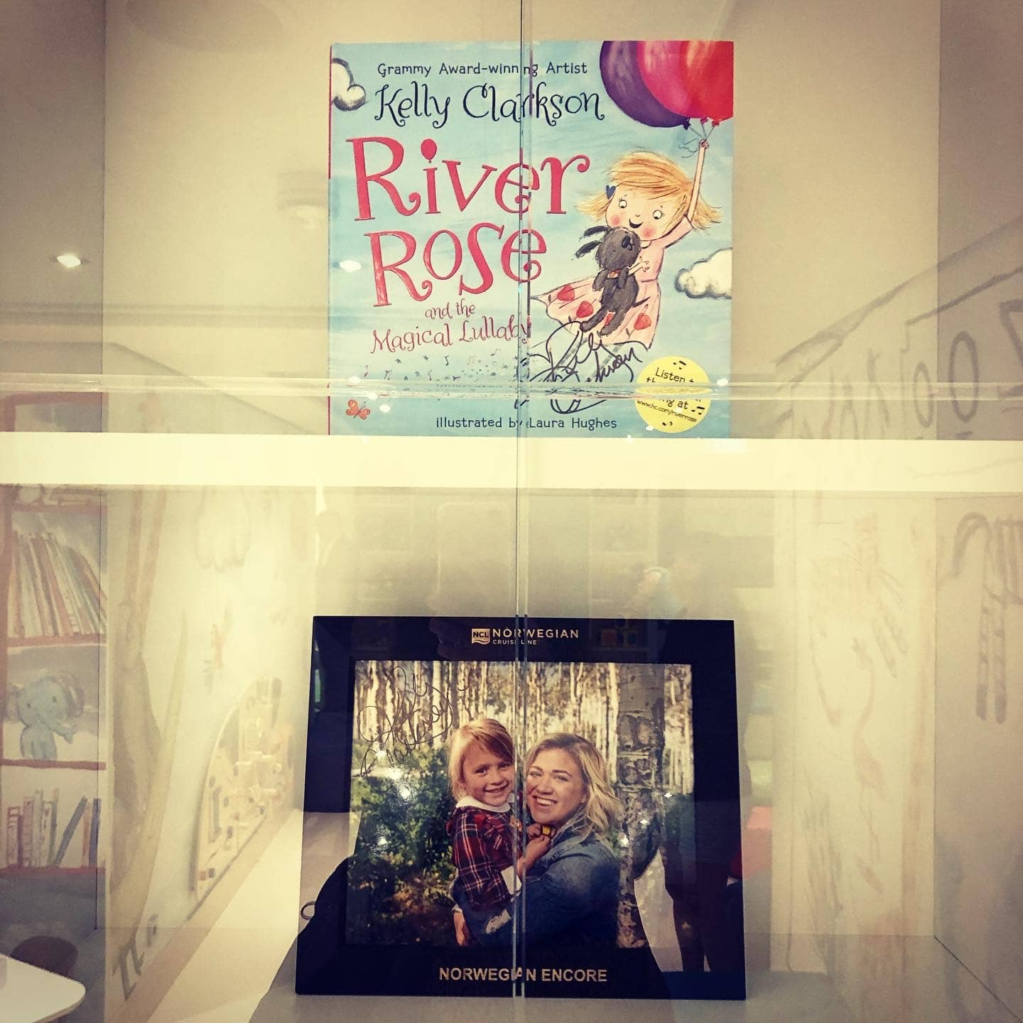 The River Rose Reading room is a cosy room where you can read with your child on the Norwegian Encore inspired by the godmother Kelly Clarkson